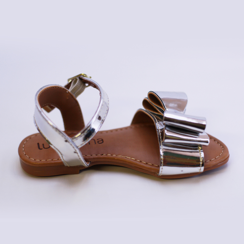 b2d09ed949 Sandália da Luluzinha na cor prata com laço linda e estilosa para o verão!  As